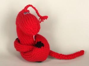 Змея вязаная ручной работы - символ Нового года