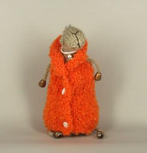 Овца вязаная в оранжевом пальто
